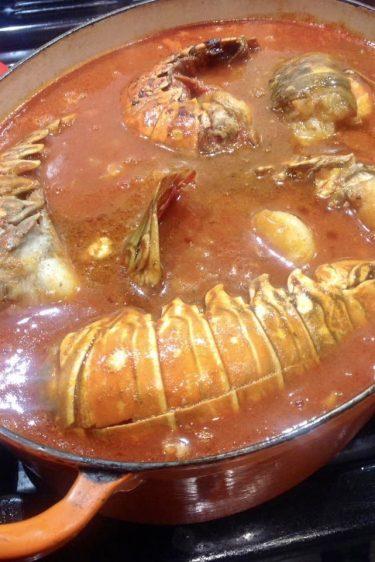 grosse casserole de queues de langoustes à l'armoricaine