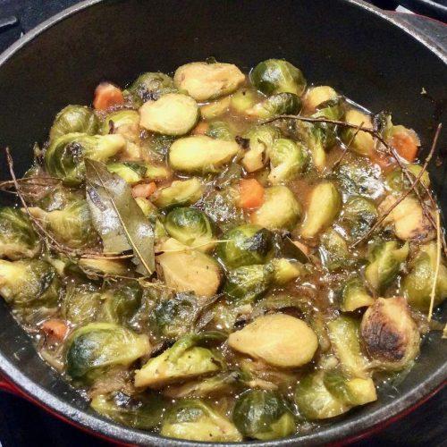 ragout de choux de Bruxelle avec des carottes et du thym