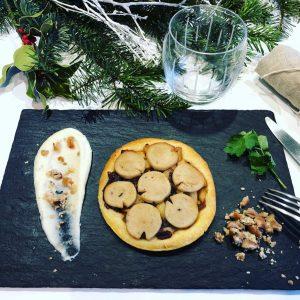 assiette ardoise avec tarte fine au boudin blanc et purée de céleri au marron