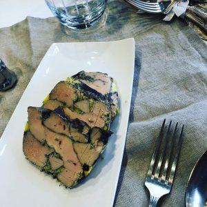 plusieurs tranches de foie gras poché au vin rouge