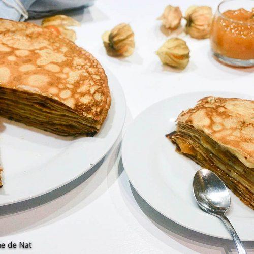 portion de gâteau de crêpes à la confiture et gâteau entamé en arrière fond