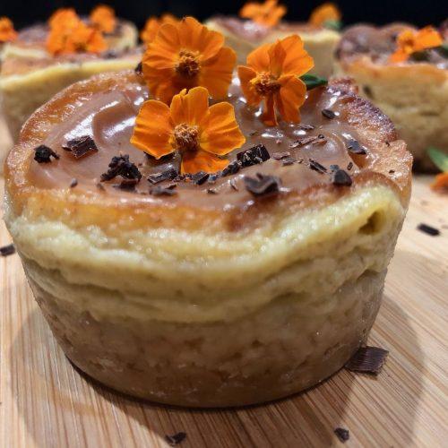 mini cheesecake banane et mascarpone avec des petites fleurs orange dessus