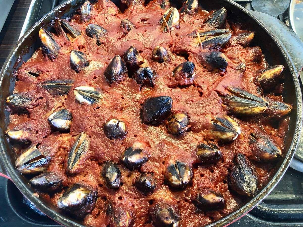 moules farcies à la viande dans leur sauce tomate