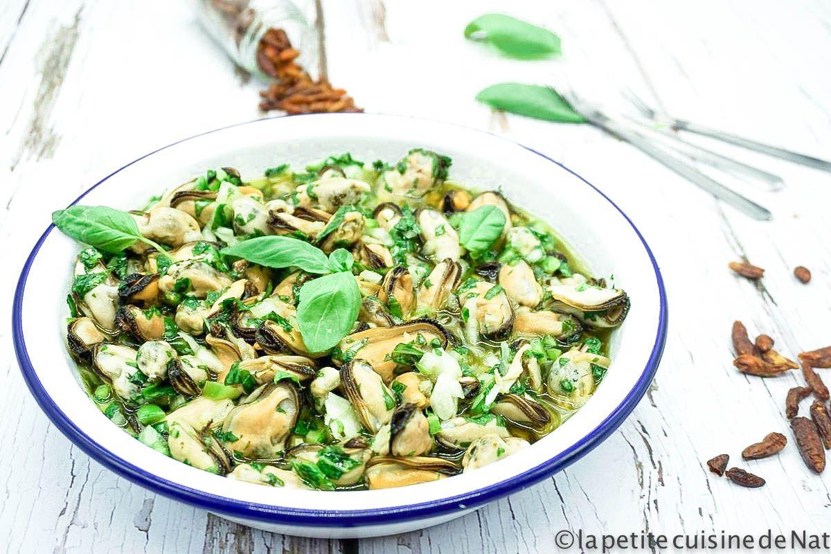 plat de moules marinées à l'huile d'olive et au basilic frais