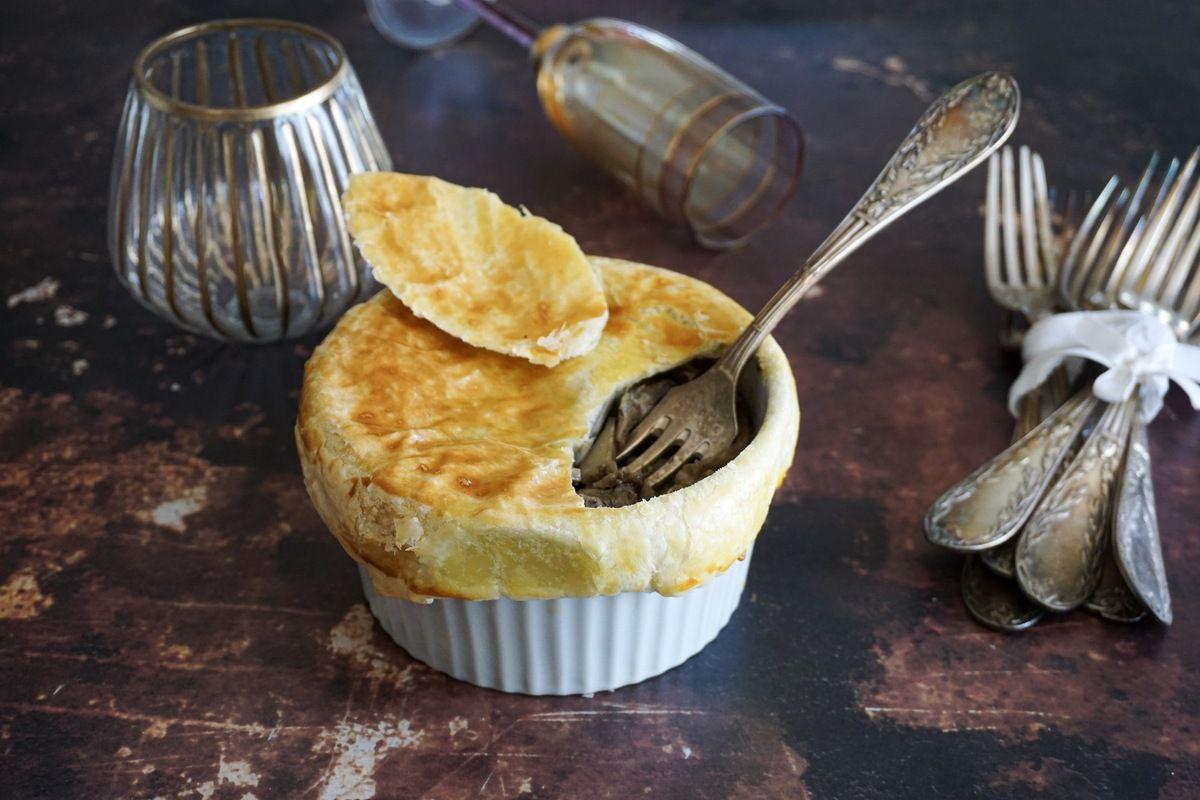 tourte portion aux cèpes, pintade et pomme de terre rôties