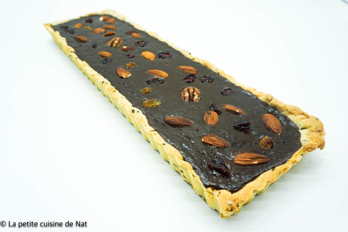 tarte rectangulaire avec une pâte aux graines de lin, ganache chocolat et fruits du mendiant