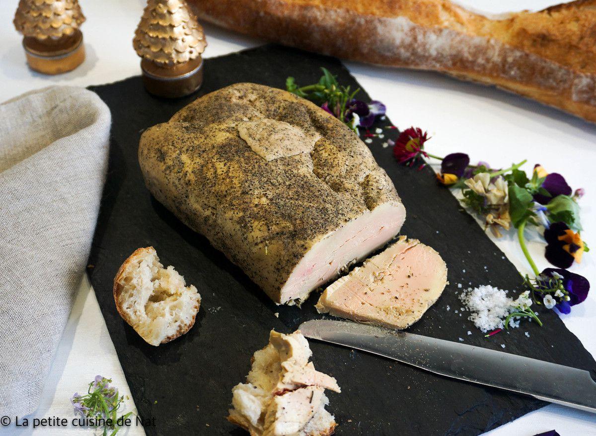 foie gras cuit au gros sel, tranché et présenté sur une ardoise