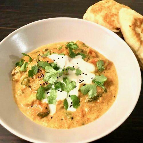 plat de curry de courge et poulet avec cheese naan