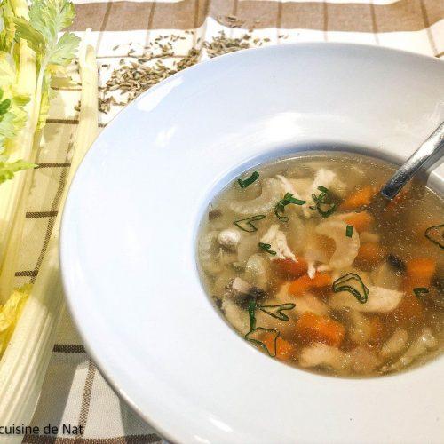 assiette de bouillon au blanc de poulet et céleri