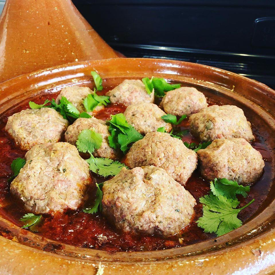 plat à tajine avec des kefta au poulet et au boeuf dans une sauce tomate épicée