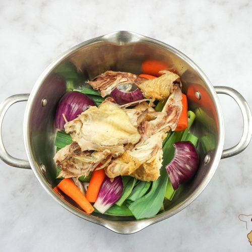 casserole de légumes et os de poulet pour faire un bouillon de volaille