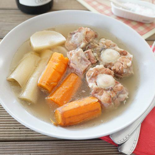 assiette de queue de veau en pot au feu et différents légumes