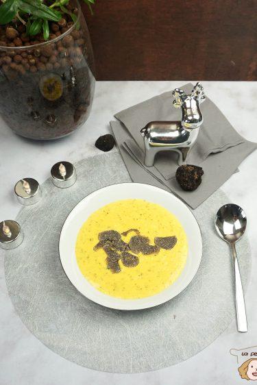 assiette de brouillade aux truffes avec des tranches de truffe sur une table de noel