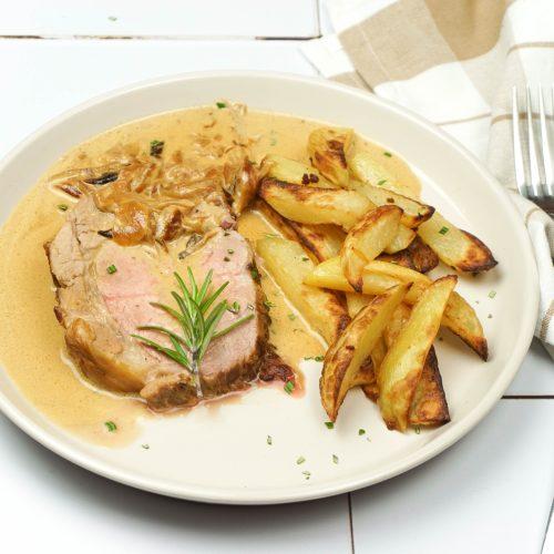 rôti de porc avec des oignons confits, sauce moutarde et frites
