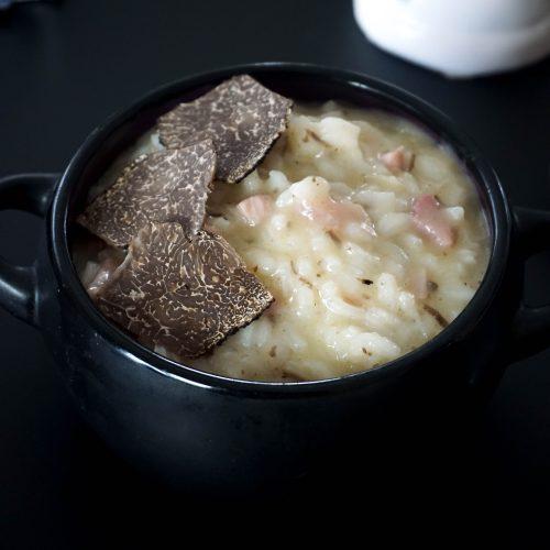 cassolette de risotto truffe et jambon avec quelques lamelles de truffe dessus