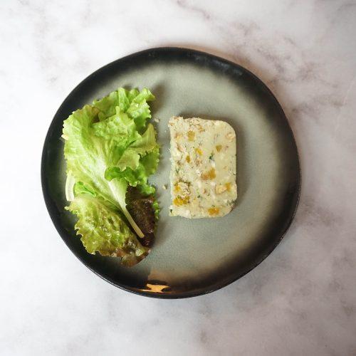 assiette avec salade verte et tranche de terrine de roquefort